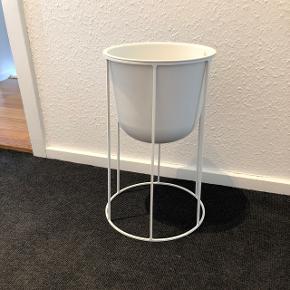 Sælger denne menu wire potte, stativ og potte helt nyt aldrig brugt. Nypris for sættet er 700kr (potte: 400kr, stativ 300kr) afhentning i Aalborg øst.