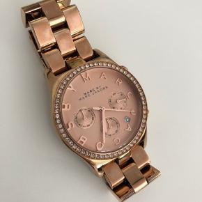 Rose gold farvet. Sælges da jeg har andet ur. Ingen ridser i glasset, enkelte brugsridser i lænken. Kvittering og kasse haves ikke længere.