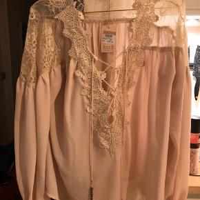 Smuk tunika/bluse fra Buch i lys fersken farvet. Størrelsen hedder M/L. Den passer fint en L. Prisen er fast.