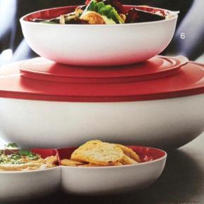 Allegra serverings sæt hvid/rød Skåle m låg 1,5L. 3,5L. 7,4dl.  Serveringsfad og salatbestik.  hele sættet 600kr.