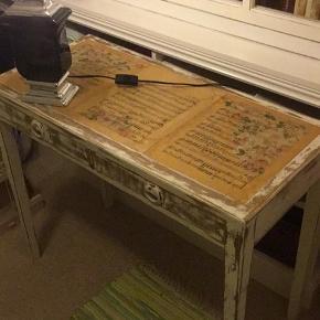 Superfint lille bord dekoreret med noder fra Tryllefløjten, to små skuffer, mål 40 x 85 cm
