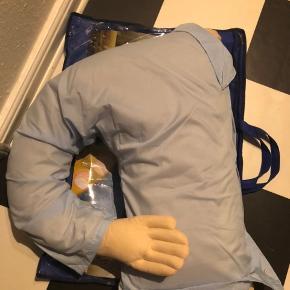 """Boyfriend pillow.  Pude formet som halv mandekrop, som man kan ligge i 😅 Sjov som """"hadegave"""" eller sjovt påfund til en polterabendabend eller fødselsdag.   Ikke anvendt 😝 taske til opbevaring medfølger."""