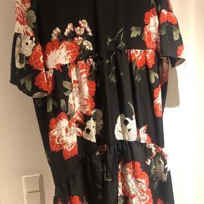 Super fin maxi kjole, der passer fra str. 36-40 pga. formen. Kan bruges i den kolde tid med strømper og boots med en cardigan eller skindjakke over. Man kan også sætte et bælte på for et andet look. Falder fint. Brugt en gang.