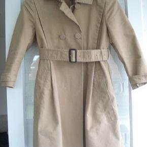Varetype: Trenchcoat med 3/4 ærmer Farve: se billede Oprindelig købspris: 600 kr.  Super lækker klassisk trenchcoat med 3/4 ærmer.   Længde: 86 cm  Bytter ikke!