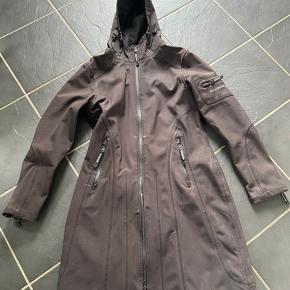 Pæn halv lang regn frakke - den har ikke slid eller huller/pletter er måske brugt 20 gange. Lynlåsen er lidt træg, men ikke i stykker