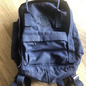 Lækker mini fjelræven taske i flot mørkeblå farve. Sådan lidt støvet mørkeblå. Den er i fin stand. Der står navn i.