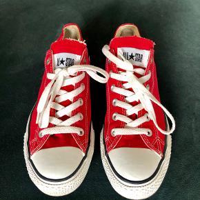 Røde smarte Converse All Stars sneakers sælges.