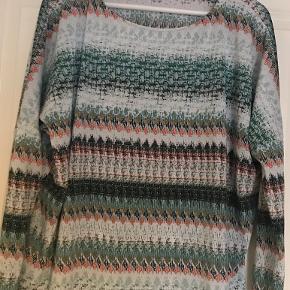 Størrelsen hedder s/m. Tænker den svarer mest til en m. Så fin bluse til efteråret.