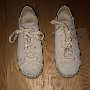 Sælger mine adidas sko. De er brugt, men i fin stand. 150,- og køber betaler fragt😊 Str. 36 2/3, passer en str. 36-36,5.