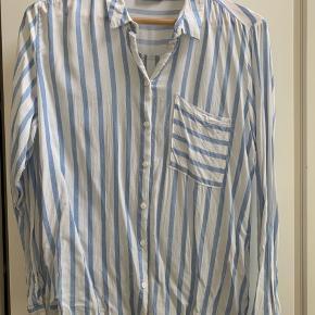 Lækker skjorte med striber som er blød og meget behagelig at have på. Er lidt lille i str - passer en M og L