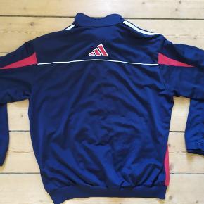 Fed vintage adidas tracktop / tracksuit jakke.  Køber betaler fragt.  Søgeord: track, jakke, sportsjakke