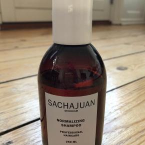 """Sacha Juan """"normalizing shampoo"""" 250 ml  Brugt ca 5 gange - fremstår som næsten ny (se også billede 2)   Bytter ikke  Se også mine andre annoncer med mærkevarer"""