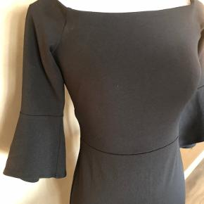 Super udsalg.... Jeg har ryddet ud i klædeskabet og fundet en masse flotte ting som sælges billigt, finder du flere ting, giver jeg gerne et godt tilbud.............. 😀😀😀😀😀😀😀  Elegant og smuk kjole str s - brugt få gange - som ny
