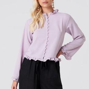 Lys lilla skjorte/bluse med kinakrave, super fin sommertop.  Let i stoffet og falder super fint🌸 Størrelsen er 36 og kan fint passes af både 34 og en stor 36