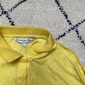 Dior skjorte.  En lille L Fremstår rigtigt fin stand. Byd gerne.  Tjek mine andre annoncer med #dior #prada #fendi #gucci #katespade #lanvin #APC #celine #céline #chloé #coach  #30dayssellout