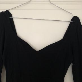 """""""The little Black dress""""  Tidløs Tætsiddende  Flot udskæring Str 38"""