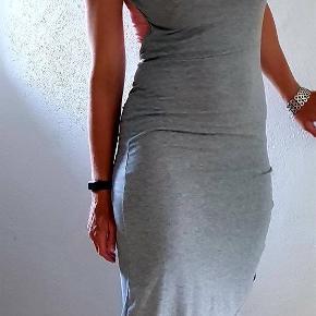 Super fed kjole med rynk i den ene side og dyb ryg. Str s nsn  Fast pris +evt fragt
