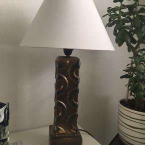 Et arvestykker. Fejler intet. Meget smuk og velhold lampe i bronze/kobber. Den eneste af slagsen da den er lavet af min mors fætter som var under uddannelse som svejser/smed. Fætteren har selv designet lampen. Den er over 40 år gammel.