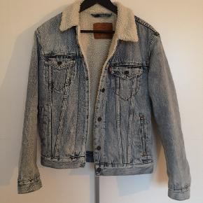 Levis denimjakke/cowboyjakke med plysfor Dejlig varm jakke til vinteren, vand og vindtæt.  Ny pris: 1200  Stand: 8/10(fejler intet)  Str: small  Giv et bud