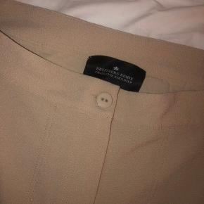 Skønne kassebukser. OBS - første billede viser buksernes snit, men er ikke hvide!!