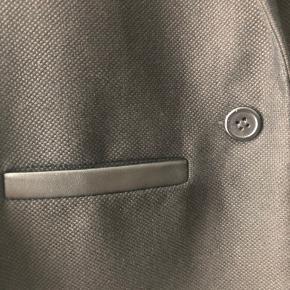 Blazer i bomuld med læderdetaljepå lommerne