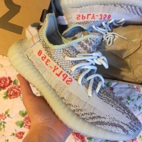 Rigtig fine Adidas Yeezy. De er brugt meget lidt og er derfor næsten som nye.  Jeg sælger dem da jeg ikke kan passe dem mere.. Jeg har kassen til dem, og de er 100% ægte.  Byd gerne hvis du har er bud😊