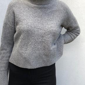 Rigtig flot grå sweater fra &otherstories. Super behagelig, kradser på ingen måde.