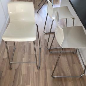 3 hvide barstole fra IKEA sælges i god stand. Meget få brugsmærker. Oprindelig stk. pris 300 kr. Prisen inkluderer alle 3 barstole.  H: 65