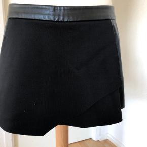 Mega fede shorts der ligner en nederdel foran, der står ikke str i, men passer en 36, brugt få gange