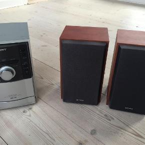 Fint og funktionelt Sony mini stereoanlæg, CMT-EH10 MP3, CD, radio, kasettebånd. Sælges til en, der kan hente selv, ellers tillægges porto.  Mini Anlæg Farve: -