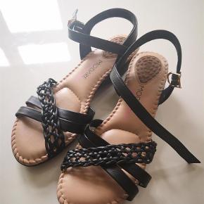 Brand: Modare Varetype: Ortopædisk Sommer Sandaler Ny Str 39 Farve: Sort  Helt nye, super rare og ortopædiske sommer sandaler str 39, aldrig brugt. Købt ved fejl for store. Jeg har dem både i sier og råhvid. En drøm at gå i....  Bytter ikke.