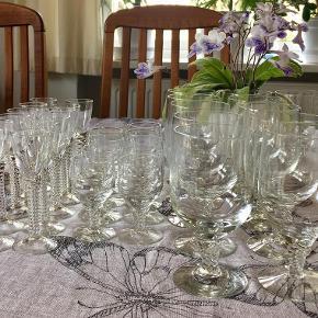 32 stk. Amager / Twist Glas. Designet af Jacob E. Bang for Kastrup Glasværk & Holmegaard. (udgået af production) 12 snapseglas H. 12 cm. 9 portvinsglas H. 8,5 cm.  11 ølglas/rødvinsglas H. 13,5 cm. Alle i fin stand uden skår, glaspest eller lign. bud fra 75 kr / stk (sendes ikke, kan hentes på Djursland - tæt på Tirstrup)  *Handel kan foregå via TS, kontant, via bankkonto & Mobilepay*  *har et enkelt portvinsglas m. et meget lille skår, ses næsten ikke - kan følge med gratis ved køb, hvis der er interesse*