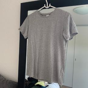 Fin t-shirt med diskret glimmer