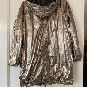 Super fin jakke, brugt få gange. Med mesh-foer.