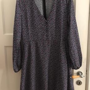 Kjole/tunika fra Envii i str. S. Den har lynlås i ryggen og knapper foran. Kun brugt en enkel gang.