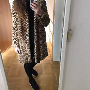Fin lang leopard frakke i fake fur. Frakken er en størrelse small og passer 34-38. Brugt få gange