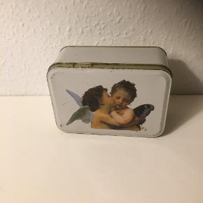 Metaldåse med kyssende engel angles Angel  Engle  Ældre Dåse til opbevaring med lidt patina   14x10x6  Sender gerne   Se flere annoncer