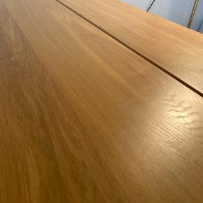 Spisebord knap 2,5 år gammelt. Købt i jysk, som vist på billedet. Måler 90cm * 190cm. Fejler ikke noget, kun almindelig brugsspor. Sælges grundet flytning. Ny pris 2999kr