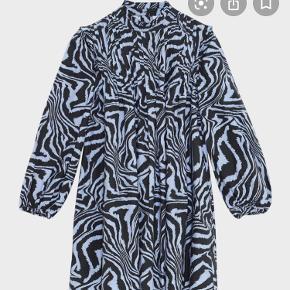 Ganni printed Cotton Poplin Dress Blue/Black - kan både passes af en str. 36 - 38