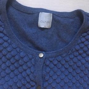 Fin strikket cardigan fra Culture. Str. XL. Brugt, nuldret lidt, men kan fjernes. I ok stand.