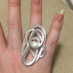 """Oversize ring i metallisk materiale  Købt som """"strl. S""""  Alle varer under 500 kr.: køb 3 og få den billigste gratis! ✨  Oversize // moderne // fest // smykke // kunst // business // lanciers // bryllup"""