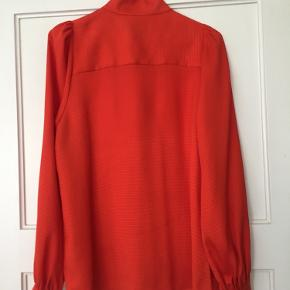 Fin skjorte med høj krave og små, fine detaljer bl.a. lille puf på skuldre.