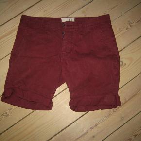 Brand: 11 project Varetype: smarte shorts Størrelse: Small (29) Farve: bordeaux Oprindelig købspris: 499 kr.  Smarte lærredsshorts. Pæne og velholdte. Mindstepris 75 +