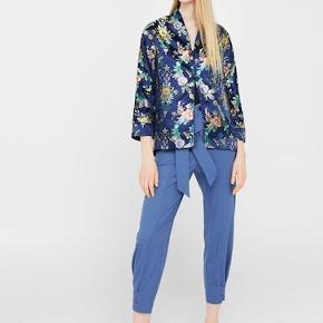 Nyrpis:450  Minder meget om modellen fra Zara med kinamønster, ligner silke. Brugt få gange. Flot til fest eller lign.   Søgeord: Zara, Mango, Na-Kd, Ganni, kimono