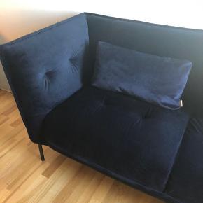 Sofa fra Ilva i blå velour. Fejler ingenting. Sofaen er ca 2 år gammel og sælges grundet flytning.  Måler ca 2 meter  Nypris 12.000 - kvittering haves ikke længere.  Der medfølger to puder, til en værdi af 1000 kroner :-) Spørg for mere info.