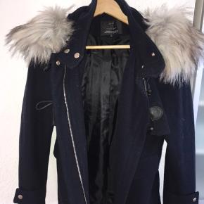 Sælger denne jakke da jeg aldrig har fået brugt den. Det følger en hætte med pels til, som kan tages af hvis man har lyst.   Np: 650,- Mp: 300,-  • røgfrit hjem🚭 • betaling foregår kun over MobilePay💸 • sender gerne📦 • byd endelig☺️