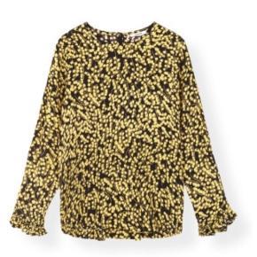 Klassisk bluse fra Gannis SS19 kollektion (Blouse Printed Crepe).   Blusen har rund halsudskæring, lange ærmer med frynsedetaljer og fine detaljer bagpå.   Super god til et par jeans, bukser eller stylet til en nederdel.  Den er brugt en enkelt gang og købt for en måned siden, hvorfor jeg tillader at markere den som ny.  Sælges da jeg har købt den i en størrelse mindre.   Nypris: 900kr.  Materiale: Lækkert viskose
