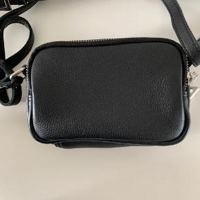 Daniel Silfen crossbody taske model Emma. Sort læder. Størrelse:  L: 20 cm. H: 13 cm. D: 7 cm. Lille rummelig taske med to rum og lomme. Kun brugt få gange, så den er som næsten ny. Fra ikke ryger hjem. Kan sendes for 39 kr.