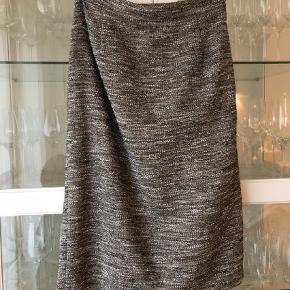 Varetype: Fineste sæt - nederdel blazer / jakke Størrelse: 38 40 Farve: Grå Oprindelig købspris: 6700 kr.  Så fint sæt!   Sælges udelukkende da det er blevet for stort..   jakken er str 40 og nederdelen 38    Nypris nederdel: 2900  Nypris jakke: 3800    Sælges samlet for 1200 pp