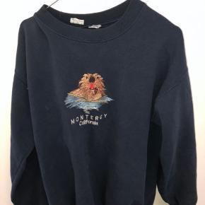 Super fed navy blue vintage sweatshirt! Sælges da den er blevet for lille Fitter ca 175-180 God cond Ingen huller fejl eller pletter Skriv for mere info og billeder :)